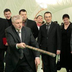 Сергей Миронов играет в городки