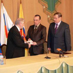 Алексей Кыласов вручает книгу Сергею Миронову