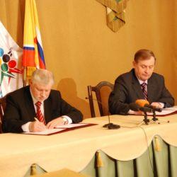 Сергей Миронов и Александр Кузнецов подписывают соглашение